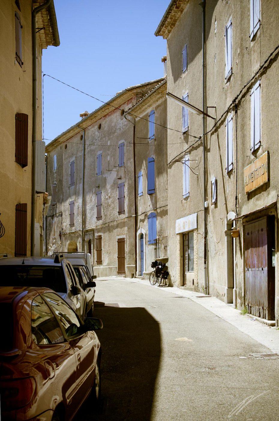 kleine Straße mit bunten Fensterläden