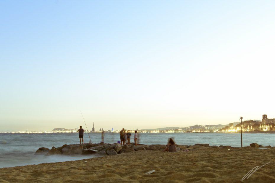 Abendstimmung am Strand mit Blick auf Barcelona