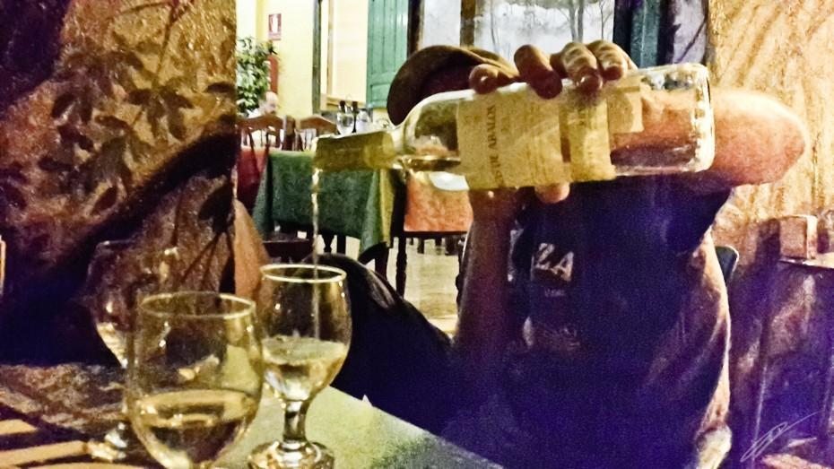 Weißwein passt außerordenlich gut zu Mojo Verde